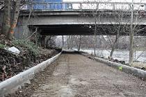 Cyklostezka pod mostem plzeňské silnice přes Ohři bude užší.