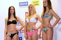 Veronika Vorlíčková z Loun  (vlevo s číslem 23) postoupila do semifinále soutěže krásy Česká Miss.