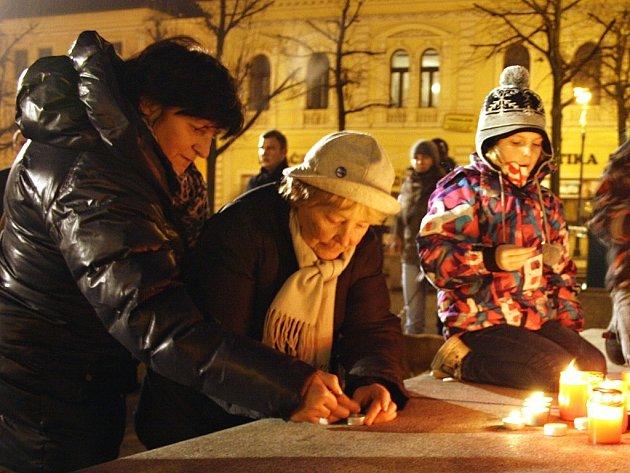 Lidé na Mírovém náměstí v Lounech při tradiční vzpomínce na 17. listopad.