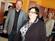 Poslankyně Marie Benešová (ČSSD) při slavnostním otevření nové kanceláře v Lounech. Přijel s ní i její kolega ze Sněmovny Jeroným Tejc