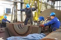 Dělníci opravují turbínu v elektrárně v Počeradech.