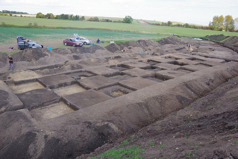 Pohled zdeponie ornice na dokončený výzkum u Liběšovic na ploše zkoumané pomocí čtvercové sítě vmístě tzv. skladovací části sídliště zmladší až pozdní doby bronzové.