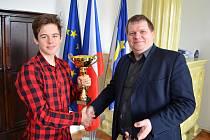 Pavel Jindřich (vlevo) a starosta Loun Pavel Janda