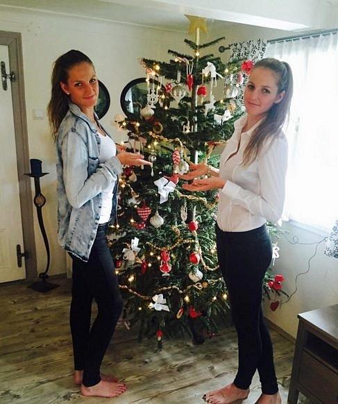 Sestry Karolína a Kristýna Plíškovy na nedatovaném archivním snímku ze společných Vánoc