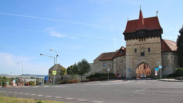 Pohled na Žateckou bránu a opevnění ze Suzdalského náměstí v Lounech. Ilustrační foto