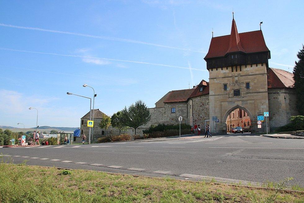 Pohled na Žateckou bránu a opevnění ze Suzdalského náměstí