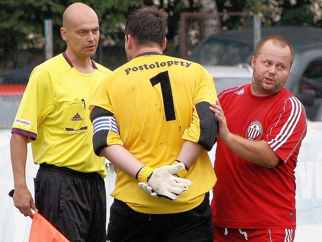 David  Fleischman uklidňuje svého spoluhráče a kapitána Postoloprt Petra Junka, který se vyčítavě vrhl na rozhodčího Pavla Janečka po druhé brance.