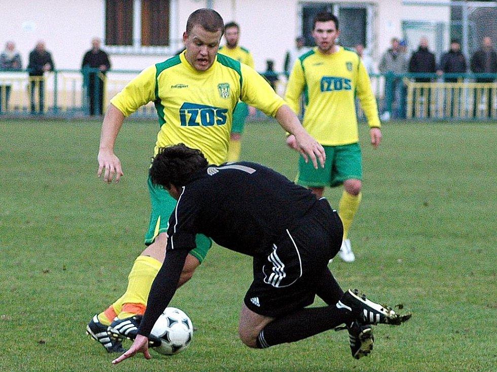 Fotbalové utkání Žatce proti Blšanům (v tmavém). Slalom Zlatohlávka nezastavil ani Šmejkal