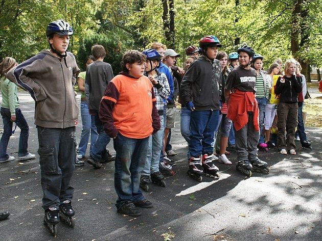 Děti ze Základní školy Prokopa Holého se projíždějí na kolečkových bruslích parkem T.G. Masaryka v Lounech. Město tam rekonstruuje cestní síť.