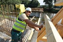 Stavba nového břežanského mostu přes Ohři jde podle plánu, v současné době se tam dokončuje bednění, následovat bude betonáž.