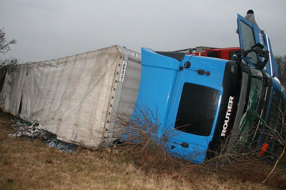 U průmyslové zóny Triangle se převrátil kamion