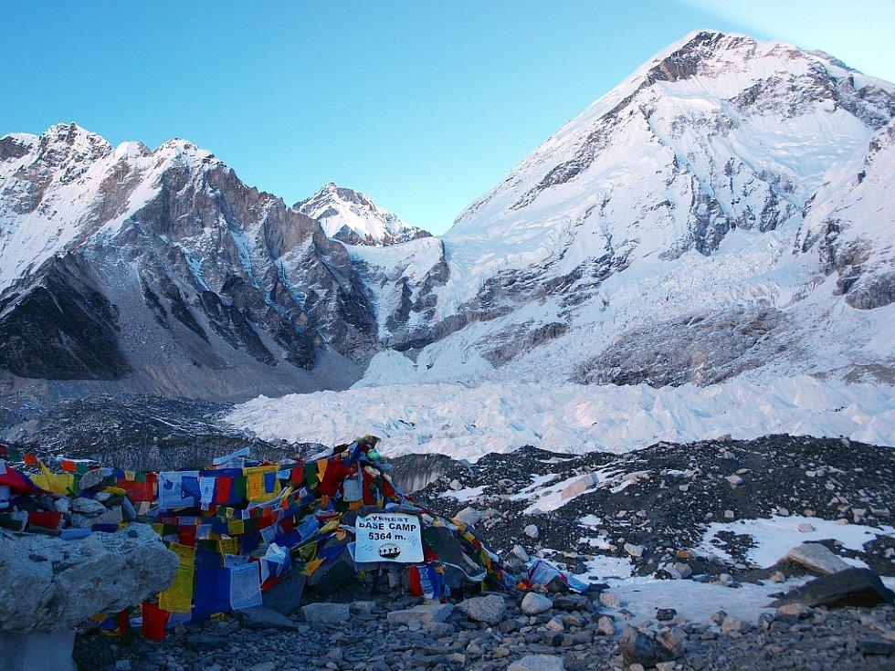 Petra a Štěpán Kotkovi v základním táboře horoleců (5364 m.n.m.) a při cestě tam přes morénu ledovce Khumbu
