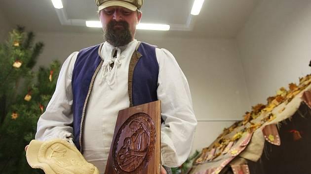 Perníkář Jan Vostřez předvádí v žateckém muzeu výrobu perníčku před nadcházejícími svátky.