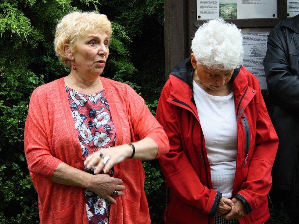 Ukládání kamenů přihlížela také Kate Rys, dcera Kamily Rosenbaumové