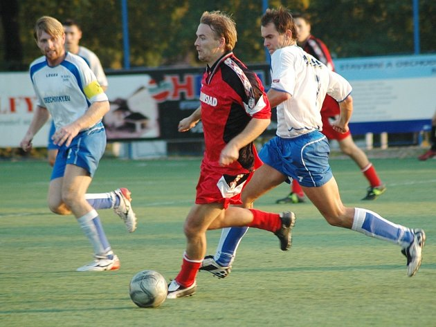 Akci fotbalistů SIAD Souš B v nedělním utkání sledují  vlevo Jiří Jindra a vpravo Václav Andrt z mužstva Slavoje Žatec B.