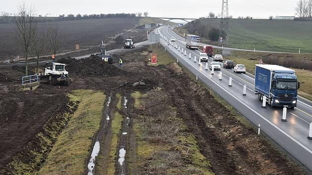 Pokračující výstavba dálnice D7 Praha - Chomutov uzavřela obě jižní rampy mimoúrovňové křižovatky Louny – centrum nedaleko Cítolib. Ze silnice I/7 tak není možné vesměru na Prahu vyjet ani na ni najet.
