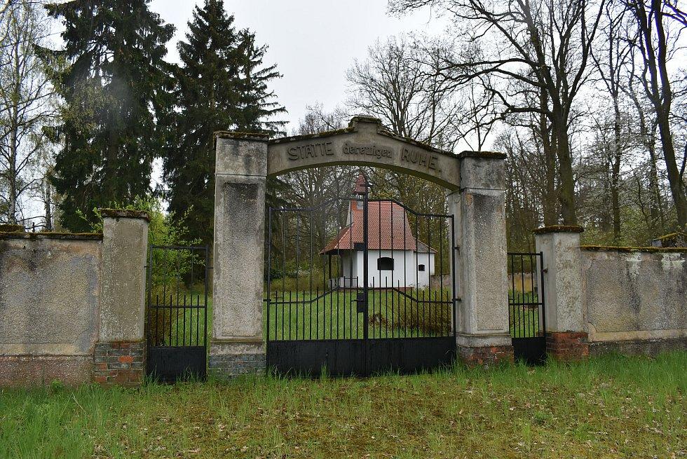 Opravená márnice na hřbitově v Sádku.