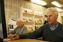 Josef Kříž (vpravo) a Jaroslav Bárta při výuce počítačové práce v lounské knihovně.
