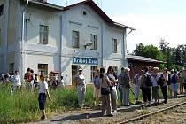 Cestující čekají na vlak na nádraží v Krásném Dvoře při loňské sezoně na trati Kaštice – Kadaň. Letos Doupovská dráha zahájí provoz počátkem července.