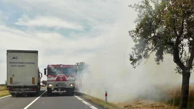 Požár trávy u silnice nad Pšovem