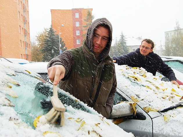 Pavel Janeček (vpředu) a Pavel Diviš museli v Žatci v sobotu ráno před cestou odklízet napadaný sníh.