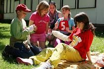 Okresní soutěž mladých zdravotníků v Lounech. Děti ze Základní školy Lubenec ošetřují figurantku