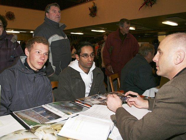 Ivan Ištok (vlevo) a Denis Kudrač u stánku vršovické firmy Felux při trhu pracovních přílěžitostí v Lounech.