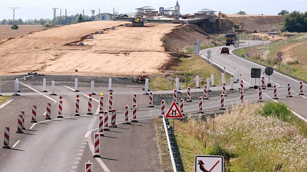 Stavba nové silnice R7 u Vysočan.