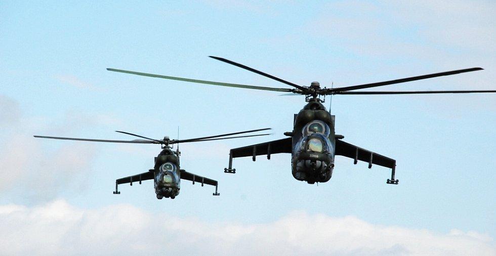 Dvojice vrtulníků Mi-24 nad Doupovem.