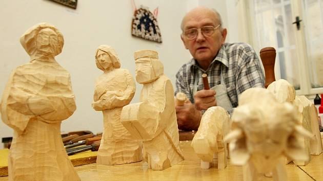 Jiří Šafařík z Litvínova předváděl v žateckém regionálním muzeu výrobu betléma. Použil lipové dřevo