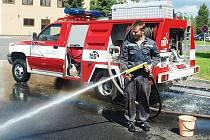Jakub Zálešák, hasič – strojník a hlavní garážmistr, během zkoušky přiměšovadla vody s pěnidlem.