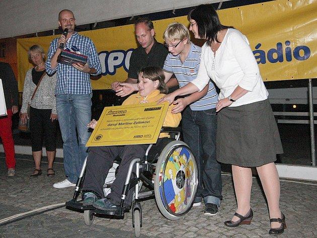 Martin Zelinka převzal od zástupců Rádia Impuls a Kinematografu bratří Čadíků šek na pořízení plošiny do školy. Navíc dostal iPad.
