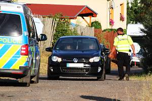 Zhruba osm stovek návštěvníků zavítala do Kryr na akci, která byla nahlášena jako narozeninová oslava. Podle místních se jedná o maskovanou technoparty. Akci monitoruje policie.