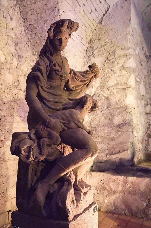Ve Valči je celoročně přístupný park, návštěvníci si mohou prohlédnout Lapidárium soch Matyáše Bernarda Brauna a zámecké interiéry.