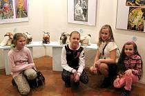 Postoloprtské výtvarnice ze základní umělecké školy před svými pracemi, které jsou vystavené v Praze.