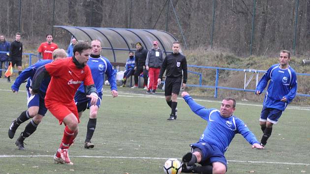 Fotbalistům Lenešic (v červeném) se v postoloprtském azylu daří a připsali si na temní umělce druhou výhru.