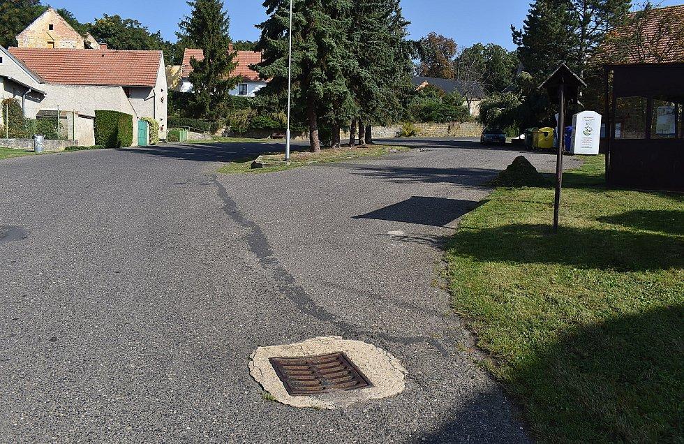 V Úhercích je vodovod a sdružená kanalizace, v plánu je výstavba domovních čističek odpadních vod.