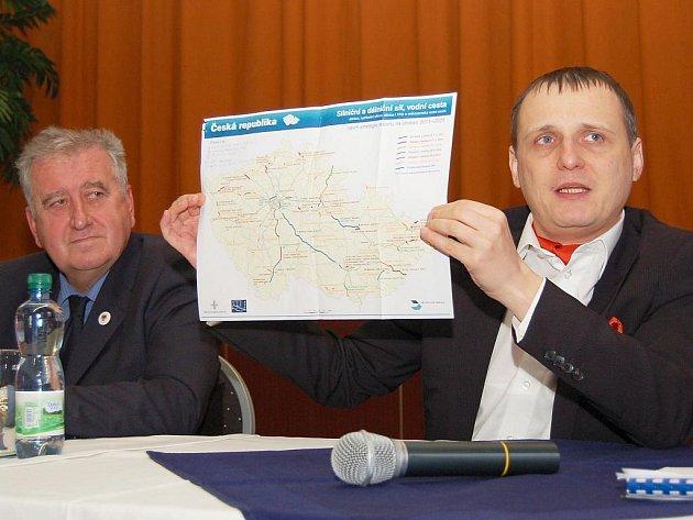 Ministr dopravy Vít Bárta diskutuje v Lubenci, vlevo je starosta obce Bohumil Peterka.