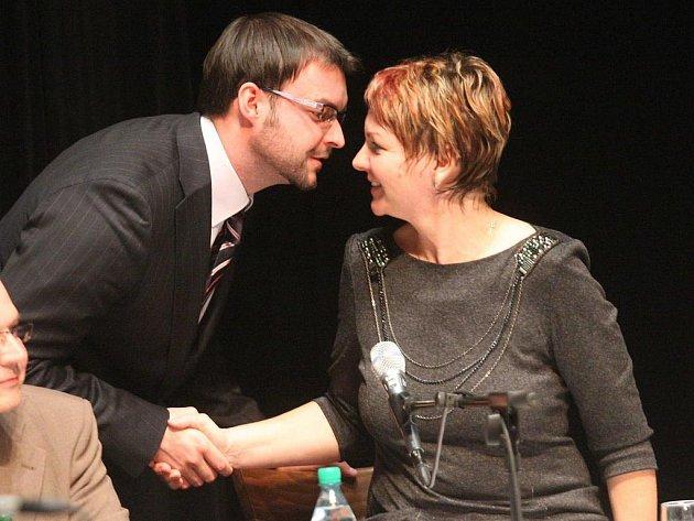 Nová žatecká starostka Zdeňka Hamousová přijímá gratulace od svého čerstvě zvoleného zástupce Jana Novotného
