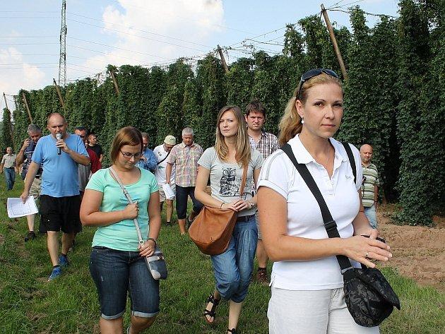 Účastníci pátečního setkání ve Stekníku si prohlížejí chmelnice.