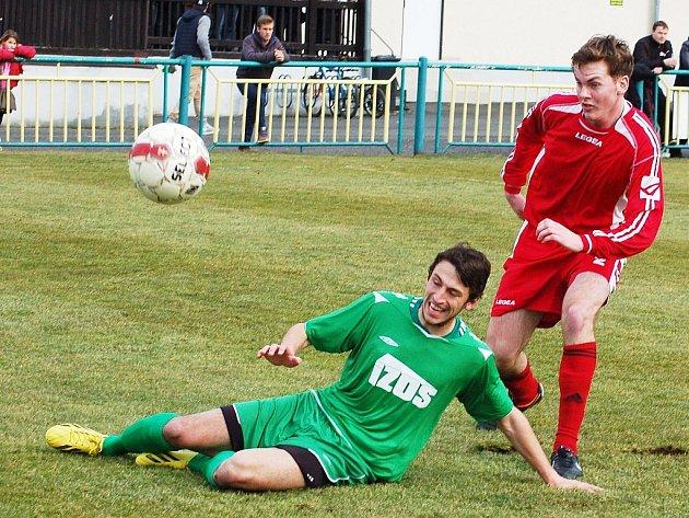 Utkání Žatce (v zeleném) proti týmu Brozan. Na snímku domácí Mahir Karič