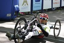 Rafal Wilk z Polska projíždí cílem závodu handbiků z Počerad na lounském výstavišti. Podal neuvěřitelný výkon, když patnáctikilometrovou trasu zdolal za 19:28.12 a stanovil nový traťový rekord.