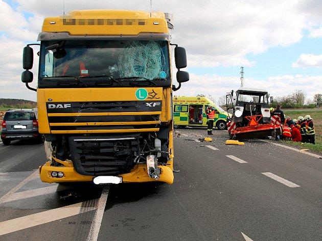 Nehoda kamionu a traktoru u Postoloprt