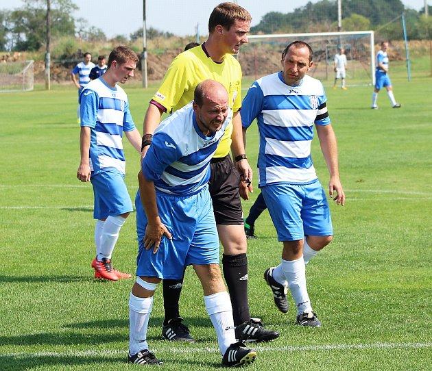 Fotbalisté Nového Sedla (vpruhovaných dresech) porazili Černčice 5:1.