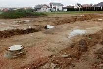 Na parcelách na Kamenném vršku v Žatci se budují inženýrské sítě