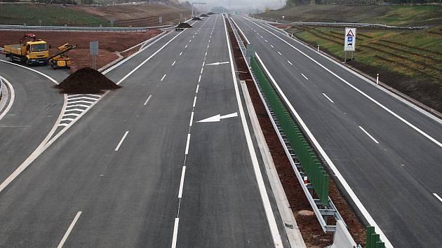 Na dokončení silnice se pracovalo ještě i v minulých dnech.