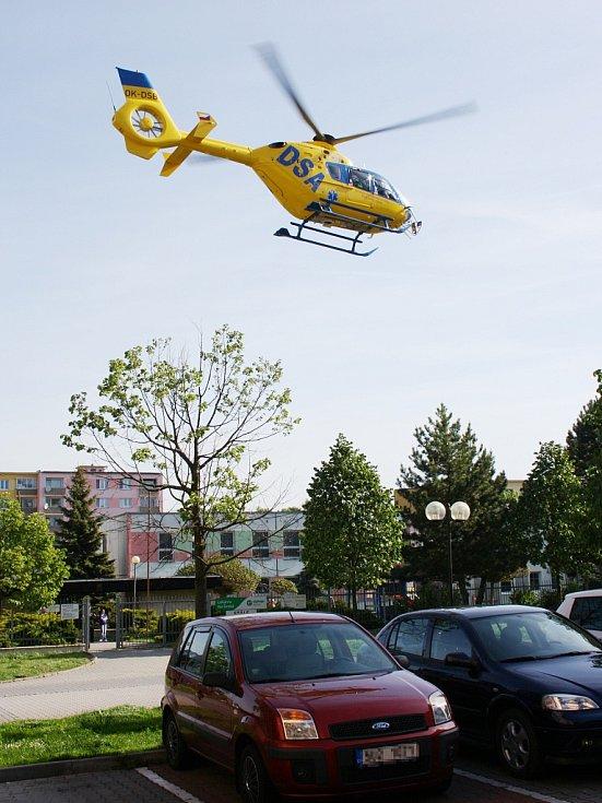 Vrtulník letecké záchranné služby odstartoval i se zraněnou ženou z pěší zóny Široká