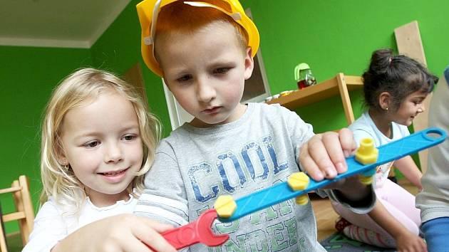 Děti si hrají v mateřské škole v ulici Bratří Čapků v Podbořanech.
