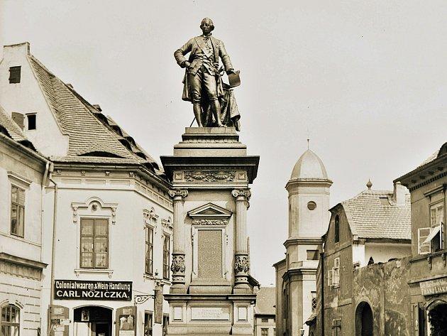 Pomník císaře Josefa II. na místě, kde je nyní v Žatci nejmenší chmelnička na světě. Socha byla svržena do Ohře.