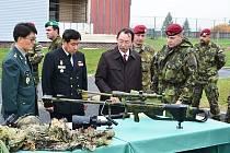 Korejští důstojníci si prohlížejí odstřelovací pušky při návštěvě v Žatci.